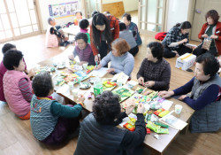 이동복지관을 방문한 묵정리 주민들이 함께 다과를 즐기며 장애인복지관이 하는 일을 듣는 사진