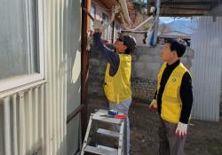주거환경개선을 위해 외벽을 설치하는 사진