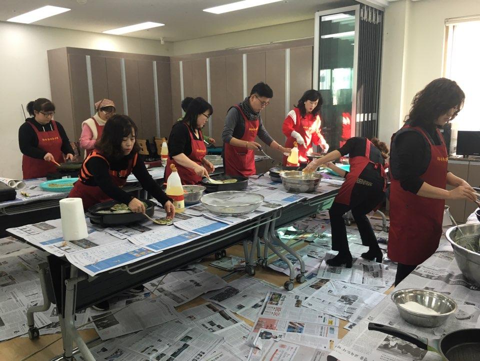 하늘향기 봉사단이 설 명절 음식 조리 봉사를 하고 있는 사진