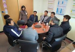 영동중앙로타리클럽 회원들과 박병규 관장이 대화를 나누는 사진