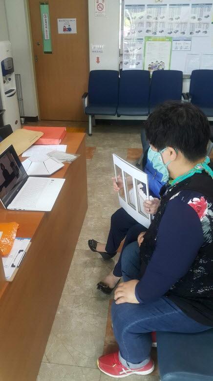 복지관에 잠깐 방문하셨다가 노트북으로 강의를 시청하는 모습으로 여성한분이 시청중입니다.
