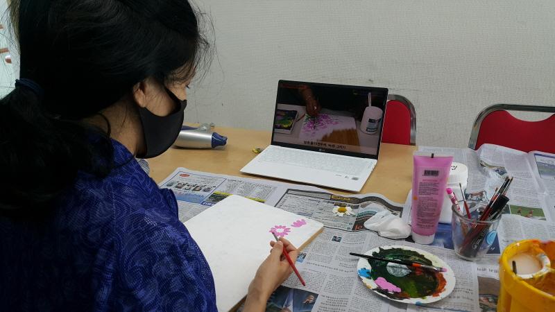 복지관에서 제공한 노트북으로 집에서 강의를 시청하며 직접 그림연습을 하는 장면입니다.