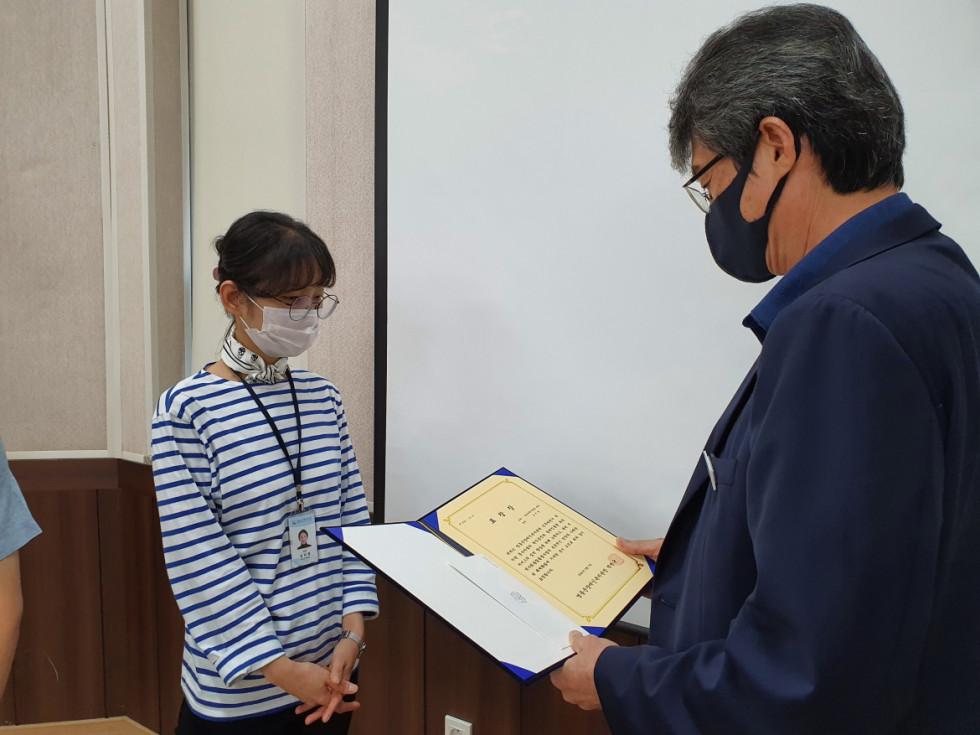 김지영 대리님이 관장님과 마주 서서 상장을 받기 전 사진입니다.