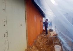 갈라진 흙벽에 황토를 다시 바르고 있는 모습입니다. 일할 수 있는 공간을 확보하고, 추운 날씨로 인해 지붕부터 바닦으로 비닐로 막을 씌워놓았습니다.