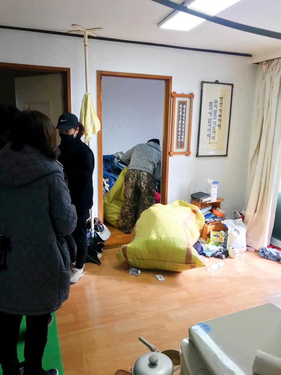 방안에서 쓰레기를 담아 마대포대에 담는 모습입니다.