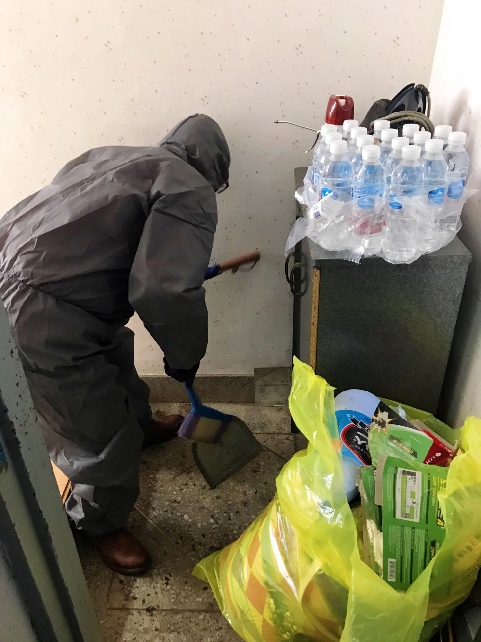 구석구석 먼지며 쓰레기를 쓸어담아 쓰레기 봉투에 담는 모습입니다. 좀 더 쾌적한 환경에서 사실수 있도록 최선의 노력을 다하고 있습니다.