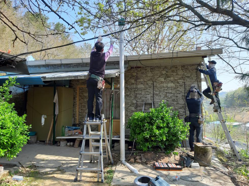 이사진은 재가장애인 가정 주거환경개선 지원사업으로 노후화된 전기 배선 이설 설치와 누전 차단기 설치 사진입니다