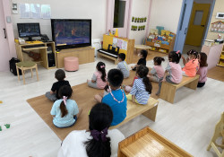 이 사진은 상촌초교 병설유치원에서 장애인식개선교육을 하고 있는 사진입니다