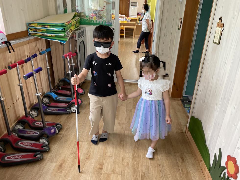 이사진은 양강초등학교 병설유치원에서 장애인식개선교육을 진행한후  유치원생들이 장애체험하고 있는 사진입니다