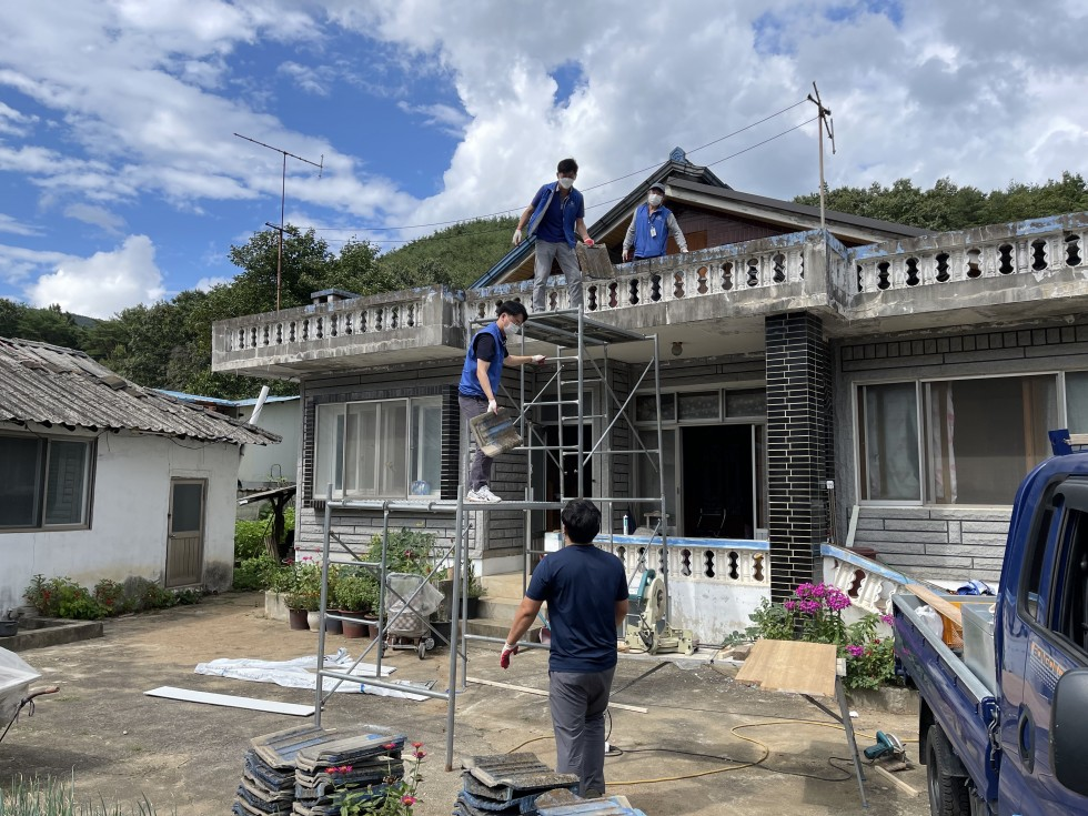 영동군장애인복지관 4명이 보이며, 지붕으로 올라갈수 있도록 만든 구조물에 2명, 1층 바닦에 1명, 지붕에 1명이서 지붕에 있던 기와를 아래로 옮기는 모습입니다.